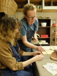 Anne viser teknikk til Maja