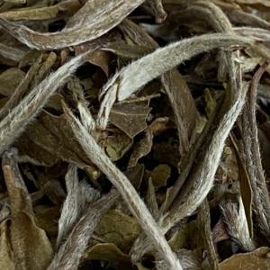 Fint dun på hvite teblader
